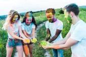 """Постер, картина, фотообои """"счастливые мультикультурные друзья проведения красочные краски Холи в руках"""""""