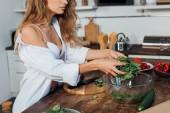 """Постер, картина, фотообои """"обрезанный вид сексуальная женщина в белом бюстгальтер приготовления салата на кухне"""""""