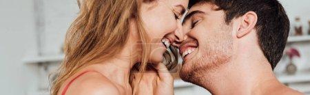 Photo pour Plan panoramique de couple heureux souriant avec les yeux fermés - image libre de droit