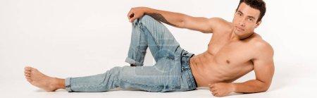 Photo pour Plan panoramique d'homme beau et torse nu en jeans bleus sur blanc - image libre de droit