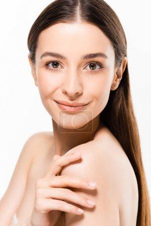 Photo pour Belle jeune femme nue avec une peau parfaite regardant la caméra tout en souriant isolé sur blanc - image libre de droit