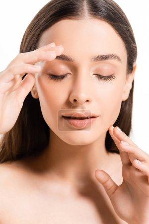 Photo pour Jeune femme nue de brunette avec la peau parfaite et les yeux fermés isolés sur le blanc - image libre de droit