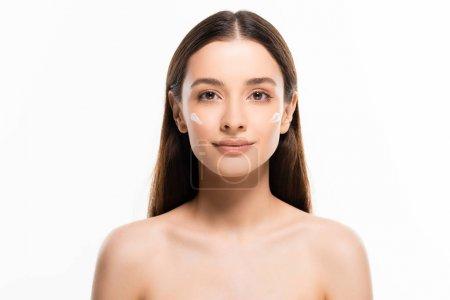 Photo pour Belle jeune femme nue avec la peau parfaite et la crème cosmétique sur le visage isolé sur le blanc - image libre de droit
