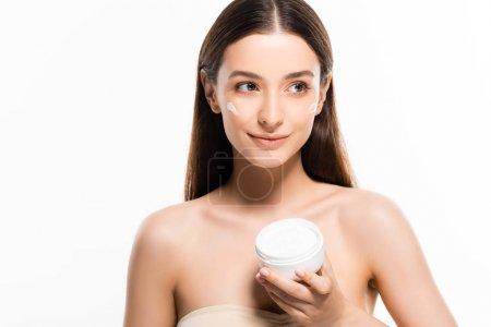 Photo pour Heureuse belle jeune femme avec peau parfaite et crème cosmétique sur le visage isolé sur blanc - image libre de droit