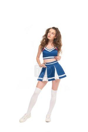 Photo pour Fille rêveuse sexy de pom-pom girl dans l'uniforme bleu d'isolement sur le blanc - image libre de droit