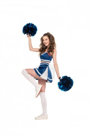 Photo pour Fille heureuse de pom-pom girl dans la danse bleue d'uniforme avec des pompons d'isolement sur le blanc - image libre de droit