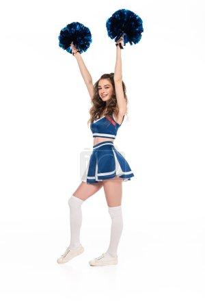 Photo pour Pleine longueur vue de sexy heureux cheerleader fille en bleu uniforme danse avec pompons isolé sur blanc - image libre de droit