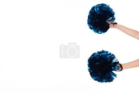 Photo pour Vue recadrée de fille de pom-pom girl retenant des pompons d'isolement sur le blanc - image libre de droit