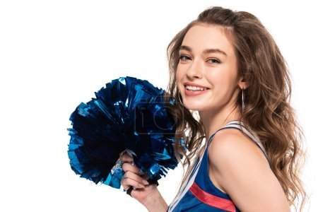 Photo pour Vue de côté de la fille heureuse de pom-pom girl dans le pompon de fixation d'uniforme bleu d'isolement sur le blanc - image libre de droit