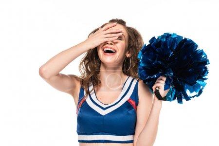 Photo pour Fille heureuse de pom-pom girl dans le pompon de fixation d'uniforme bleu et riant avec le facepalm d'isolement sur le blanc - image libre de droit