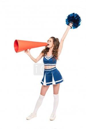 Photo pour Vue pleine longueur de la fille de pom-pom girl dans l'uniforme bleu avec le pompon utilisant le mégaphone orange isolé sur le blanc - image libre de droit