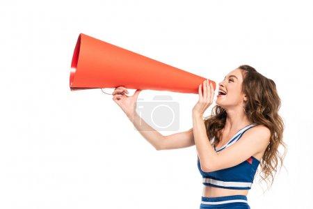 Photo pour Fille heureuse de pom-pom girl dans l'uniforme bleu avec le pompon utilisant le mégaphone orange d'isolement sur le blanc - image libre de droit