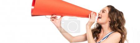 Photo pour Fille heureuse de pom-pom girl dans l'uniforme bleu avec le pompon utilisant le mégaphone orange d'isolement sur le blanc, projectile panoramique - image libre de droit