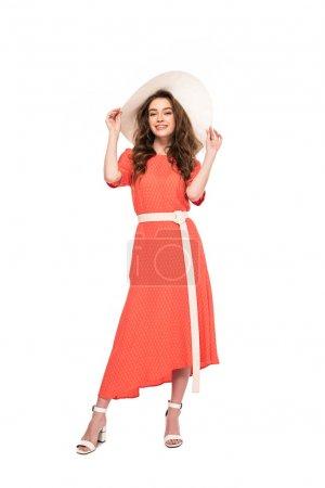 Photo pour Vue pleine longueur de la femme élégante gaie dans le chapeau et la robe d'isolement sur le blanc - image libre de droit