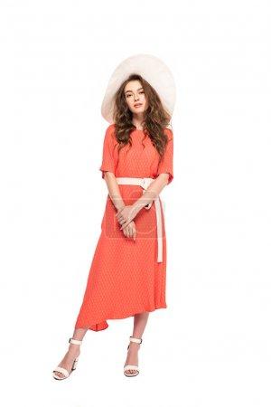 Photo pour Vue pleine longueur de la femme élégante dans le chapeau et la robe rétro d'isolement sur le blanc - image libre de droit