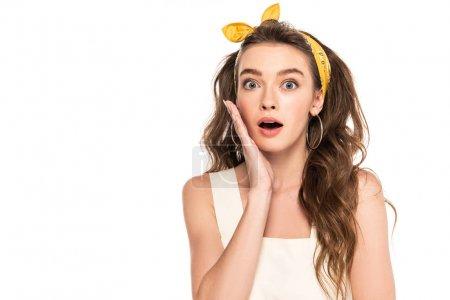 jeune choqué femme au foyer en robe et bandeau regardant caméra isolé sur blanc