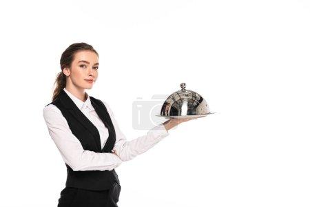 Photo pour Jeune serveuse dans le plat formel de fixation d'usure sur l'assiette d'isolement sur le blanc - image libre de droit