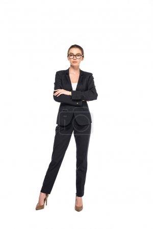 Photo pour Vue pleine longueur de jeune femme d'affaires réussie dans le costume noir et les glaces avec les bras croisés isolés sur le blanc - image libre de droit