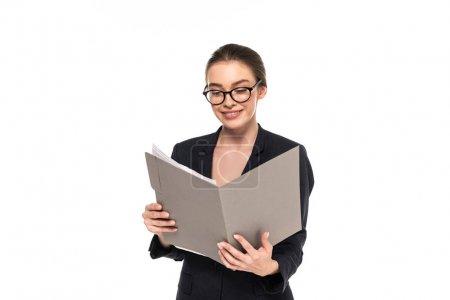 Photo pour Jeune femme d'affaires heureuse réussie dans le costume noir et les documents de lecture de glaces dans le dossier isolé sur le blanc - image libre de droit