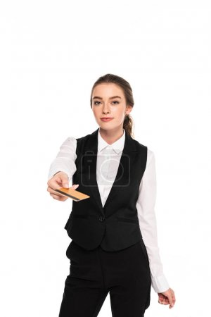 Photo pour Jeune serveuse retenant la carte de crédit d'isolement sur le blanc - image libre de droit