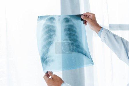 Foto de Vista recortada del médico que sostiene rayos X en el hospital - Imagen libre de derechos
