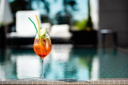 Selektiver Fokus des Cocktails in Schwimmbadnähe auf Resort mit Kopierraum