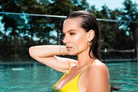 Foto de Mujer sexy en trajes de baño posando en la piscina en el complejo - Imagen libre de derechos