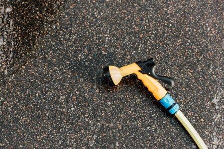 Foto de Lavadora a presión moderna sobre asfalto gris y húmedo - Imagen libre de derechos