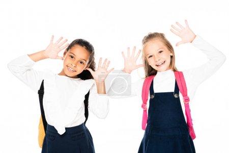 Foto de Dos niñas sonrientes multiculturales mostrando tiza manchada de manos aisladas en blanco aislado en blanco - Imagen libre de derechos