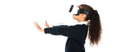 Photo pour Plan panoramique de l'écolière afro-américaine en utilisant un casque de réalité virtuelle isolé sur blanc - image libre de droit