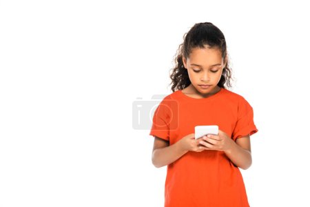 niño afroamericano atento usando el teléfono inteligente aislado en blanco con espacio de copia