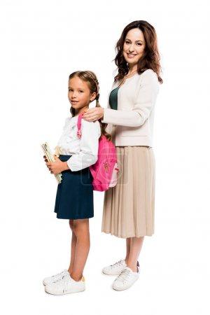 Photo pour Heureux mère toucher sac à dos de fille isolé sur blanc - image libre de droit