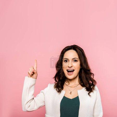Photo pour Excité femme pointant avec doigt isolé sur rose - image libre de droit