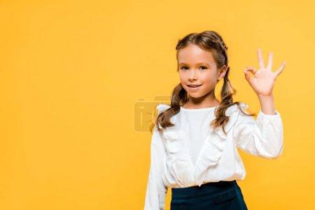 Foto de Niño feliz mostrando ok signo aislado en naranja - Imagen libre de derechos
