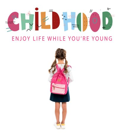 Photo pour Vue arrière de l'écolier restant avec le sac à dos rose près du lettrage d'enfance sur le blanc - image libre de droit