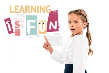 Photo pour Adorable enfant pointant avec le doigt à l'apprentissage est amusant lettrage sur le blanc - image libre de droit