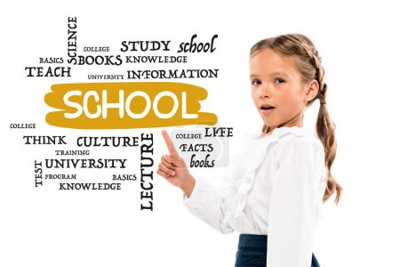 Photo pour Adorable enfant pointant avec le doigt au lettrage d'école sur le blanc - image libre de droit