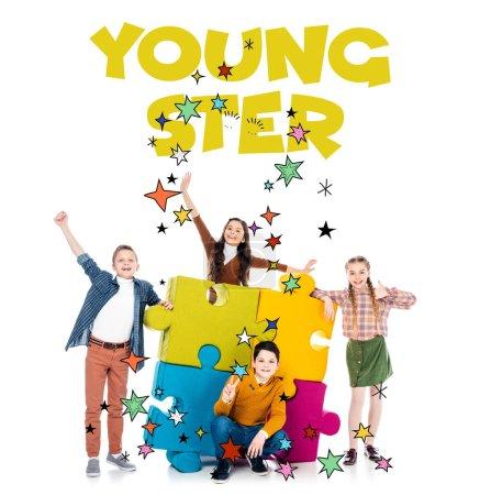 Photo pour Gosses gais près des morceaux colorés de puzzle de puzzle et des lettres de jeune sur le blanc - image libre de droit