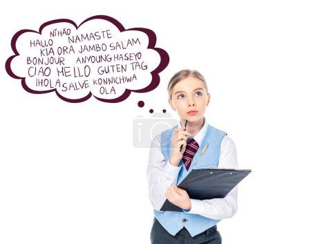 Photo pour Chère écolière en tenue formelle presse-papiers et stylo près de bulle de pensée avec des lettres de vœux sur blanc - image libre de droit