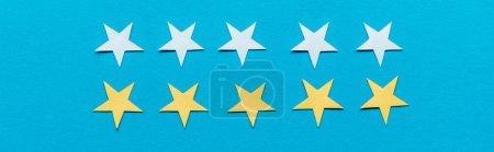 plano panorámico de estrellas amarillas y blancas aisladas en azul