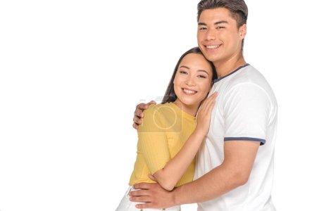 Foto de Feliz pareja asiática abrazando y sonriendo a la cámara aislada en blanco - Imagen libre de derechos