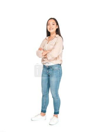 Photo pour Attrayant asiatique femme posant à caméra avec les bras croisés sur fond blanc - image libre de droit