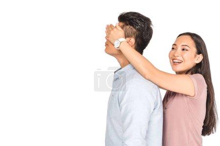 Photo pour Gai asiatique fille fermeture yeux de copain avec mains isolé sur blanc - image libre de droit