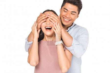 Photo pour Joyeux asiatique homme fermer les yeux de sourire copine avec les mains isolées sur blanc - image libre de droit