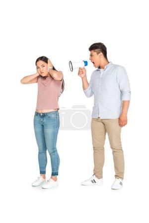 Photo pour Irrité asiatique femme crier à copine en mégaphone sur fond blanc - image libre de droit
