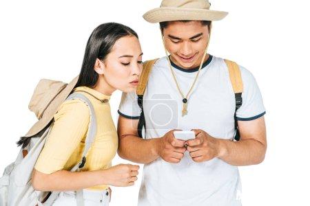 Photo pour Jeune asiatique homme à l'aide smartphone près jolie copine isolé sur blanc - image libre de droit