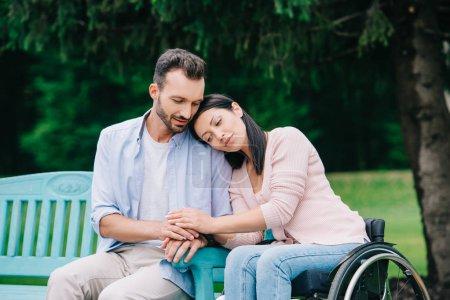 Photo pour Femme handicapéheureux avec le petit ami beau de sourire se reposant dans le stationnement ensemble - image libre de droit