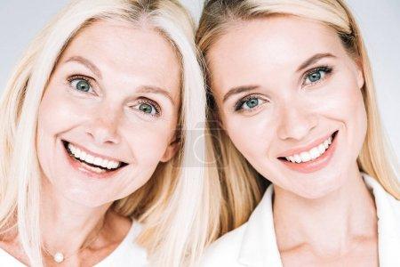 Photo pour Mère mûre blonde heureuse et jeune descendant d'isolement sur le gris - image libre de droit