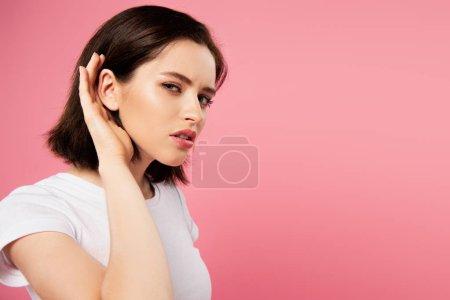 Photo pour Belle fille focalisée écoutant d'isolement sur le rose - image libre de droit