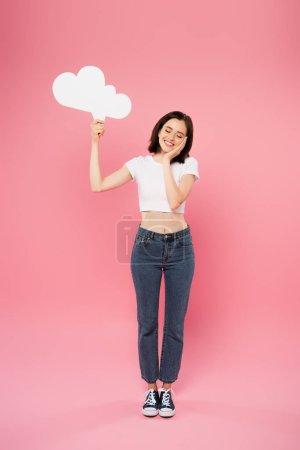 Photo pour Vue pleine longueur de sourire jolie fille retenant la bulle blanche blanche blanche de pensée d'isolement sur le rose - image libre de droit